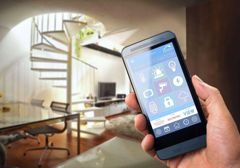 Handydisplay zeigt Steuerungsmöglichkeiten in einem Smart Home