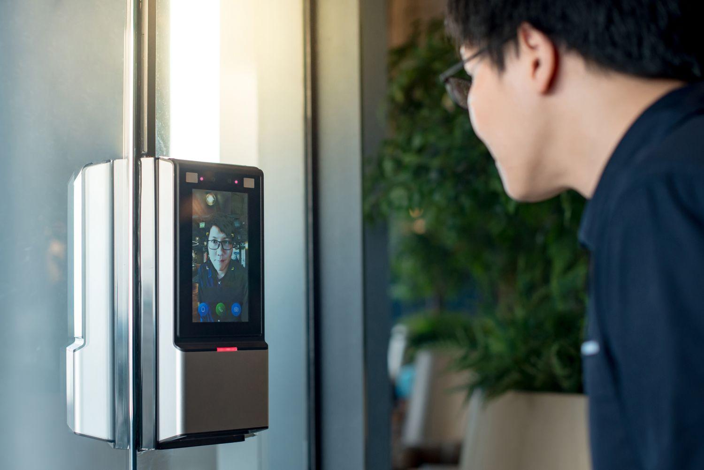 Gesichtsscanner mit Person davor.