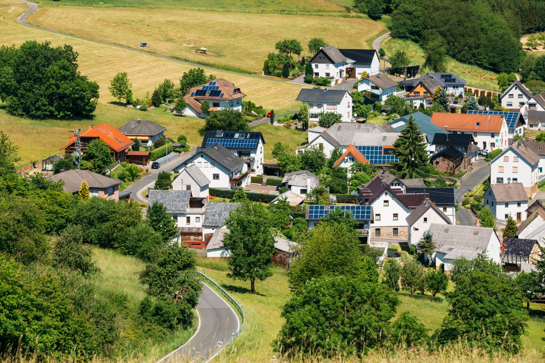 Dorf in Deutschland, manche Häuser haben Solaranlagen auf dem Dach.